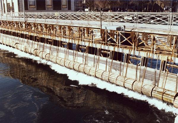 Les vannes du Pont de la Machine  1980.