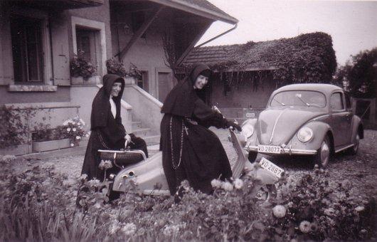 La bonne soeur et le scooter