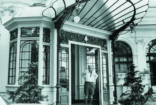 Vladimir Nabokov devant l'entrée du Montreux Palace