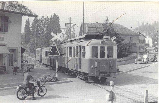 Train CEV au passage à niveau de Bahyse, Blonay