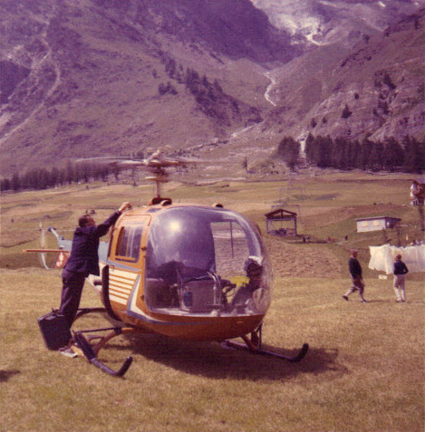 Hermann Geiger avec son hélicoptère de sauvetage GASS, en 1966