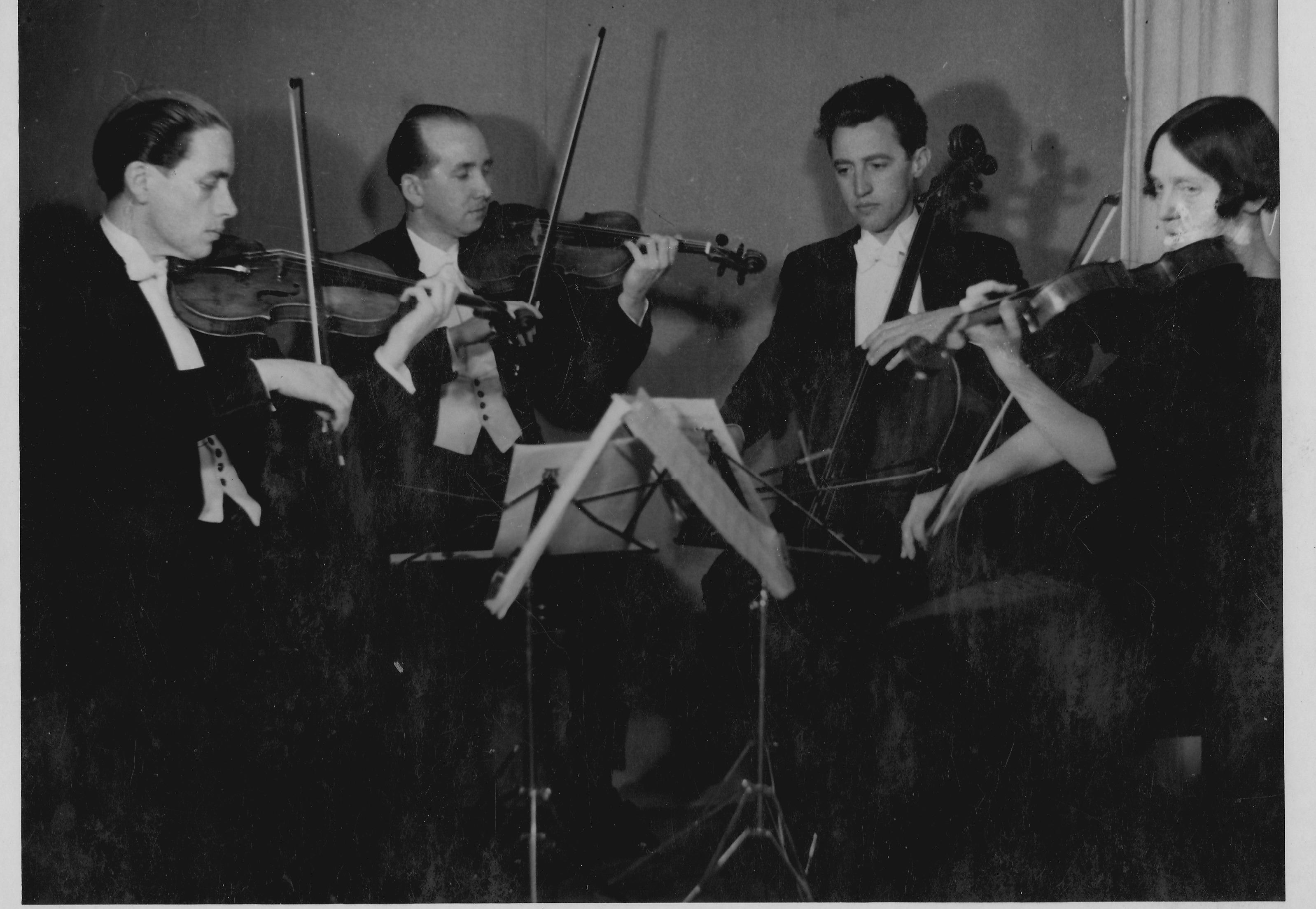 Pendant la guerre, Victor Desarzens crée un quatuor a cordes à lausanne