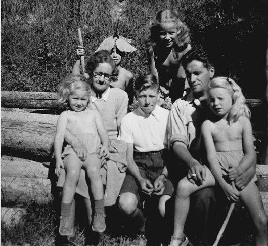Victor Desarzens en balade à Feutersoey avec ses  enfants