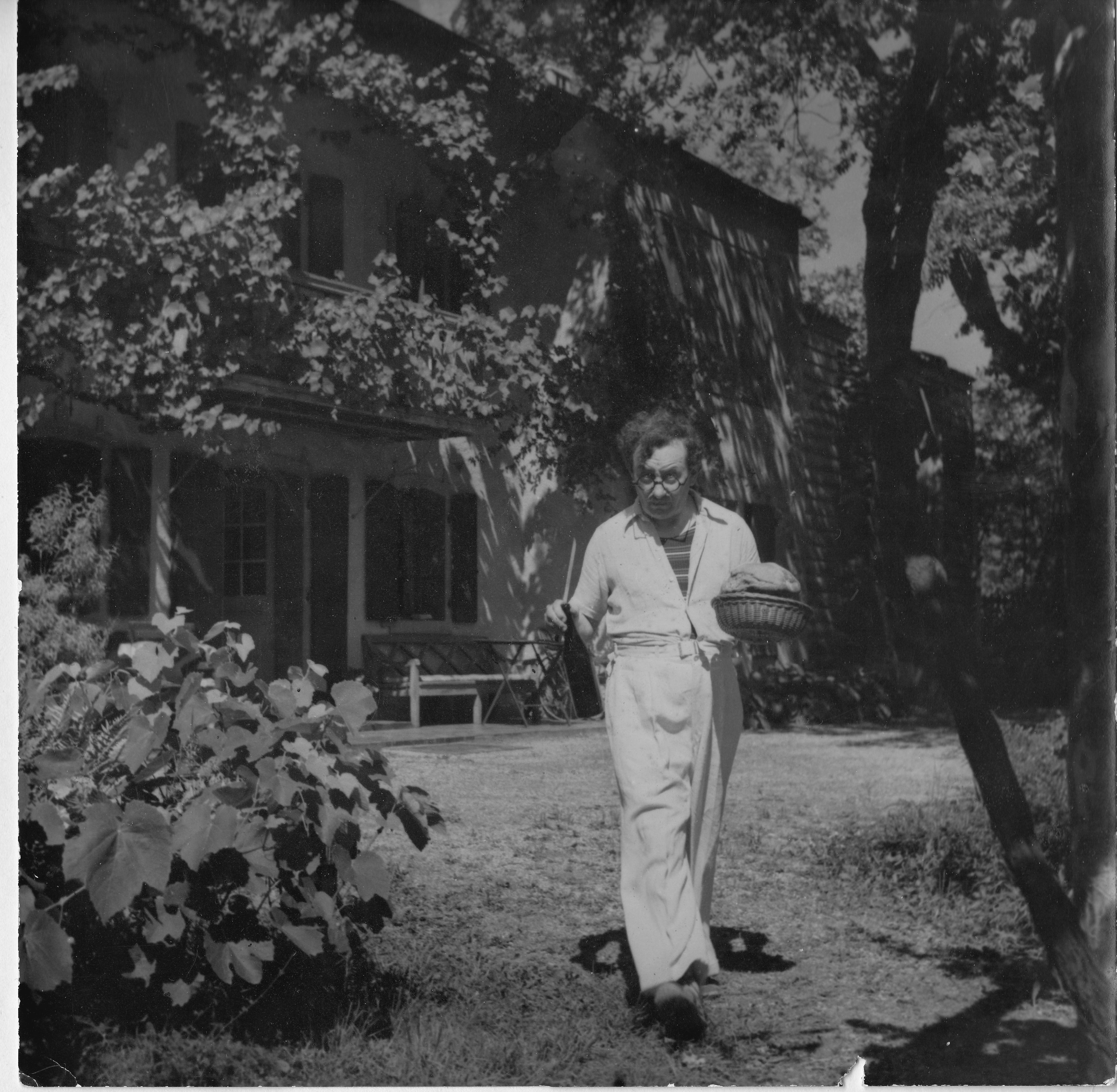 Marcel Poncet  invite des amis sur la terrasse de Saint Christophe, sa maison à Vich  en septembre