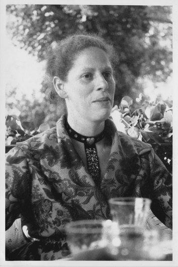 Louky Desarzens, notre mère dans notre jardin à Aran