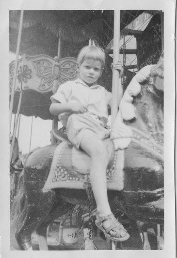 Mon frère Jean-Marie Desarzens sur un carrousel à l'esplanade de Sauvabelin  à Lausanne