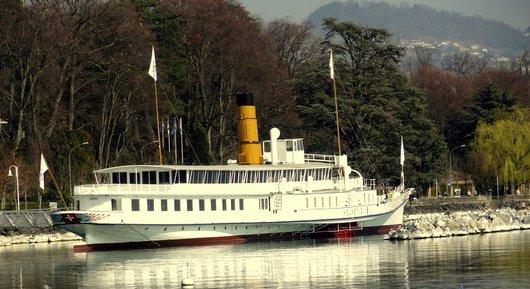 Le bateau «Helvétie» amarré devant le Musée Olympique