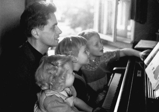 Victor Desarzens au piano avec Marie-Christine, Jean-Marie et Martine ses trois premiers enfants