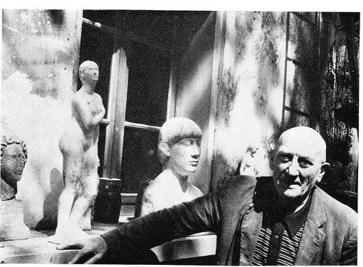 Jean Osouf sculpteur devant son atelier rue de Besout à Paris