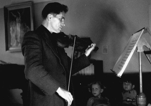 Victor Desarzens violoniste travaille à la maison à la ferme de Béthusy à Lausanne.