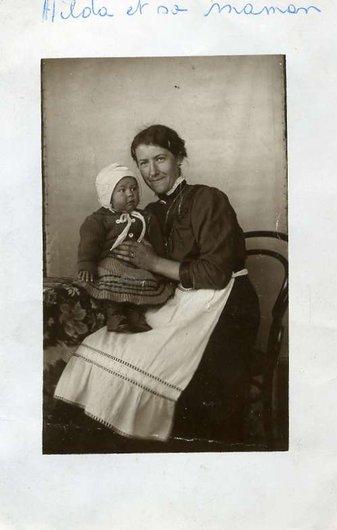 Ma mère sur les genoux de ma Grand-Mère en 1916