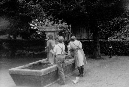 Enfants et légumes lavés ensemble au retour du jardin!