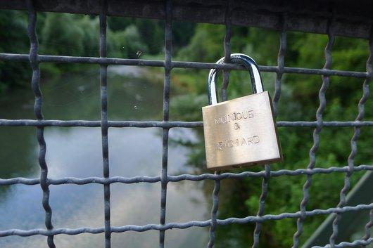 Cadenas sur les ponts, à Fribourg aussi ... amour du jour !