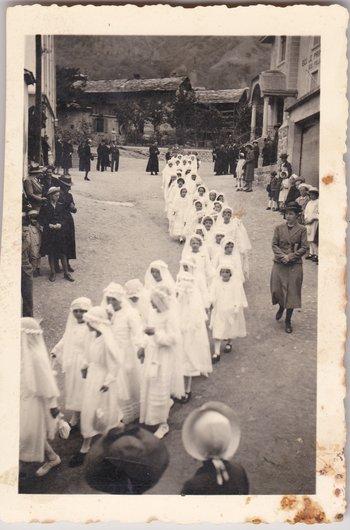 Une procession de Première Communion