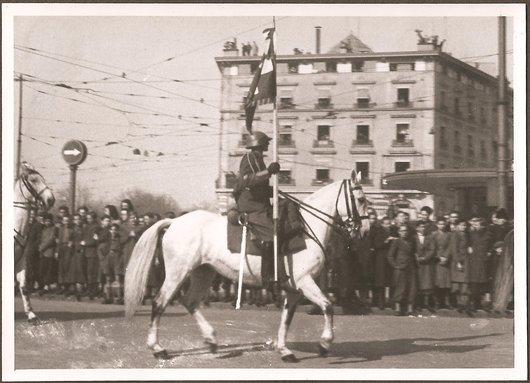 Défilé militaire Genève 28.02.1943 - Un porte-drapeau