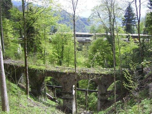 Le train Goldenpass-Panoramic du MOB sur le Pont Gardiol du Bois des Chenaux