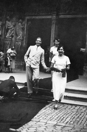 Sortie d'un mariage chic à Fribourg dans les années trente