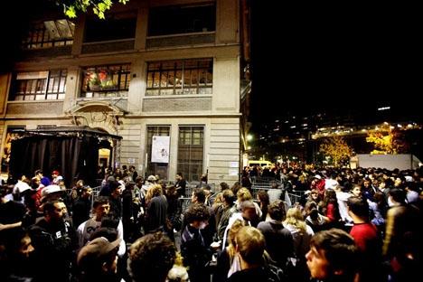 Spectacle contre la façade de l'Usine à Genève