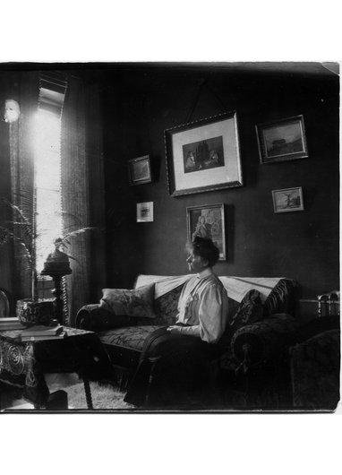 Mme Pierre Favarger dans son salon