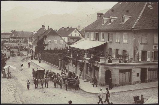 Bulle, rue de Gruyères et hôtel du Cheval-Blanc, vers 1900