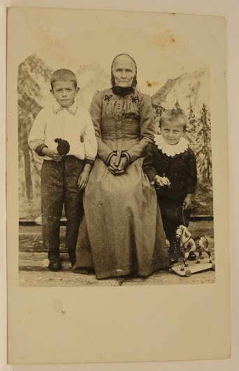 Les deux garçons et la grand maman