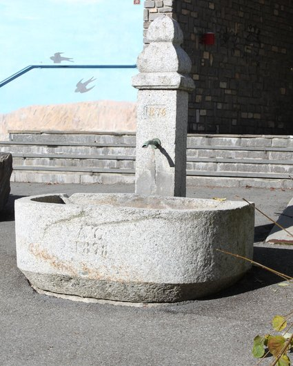 Fontaine semi-circulaire en granite à Champéry