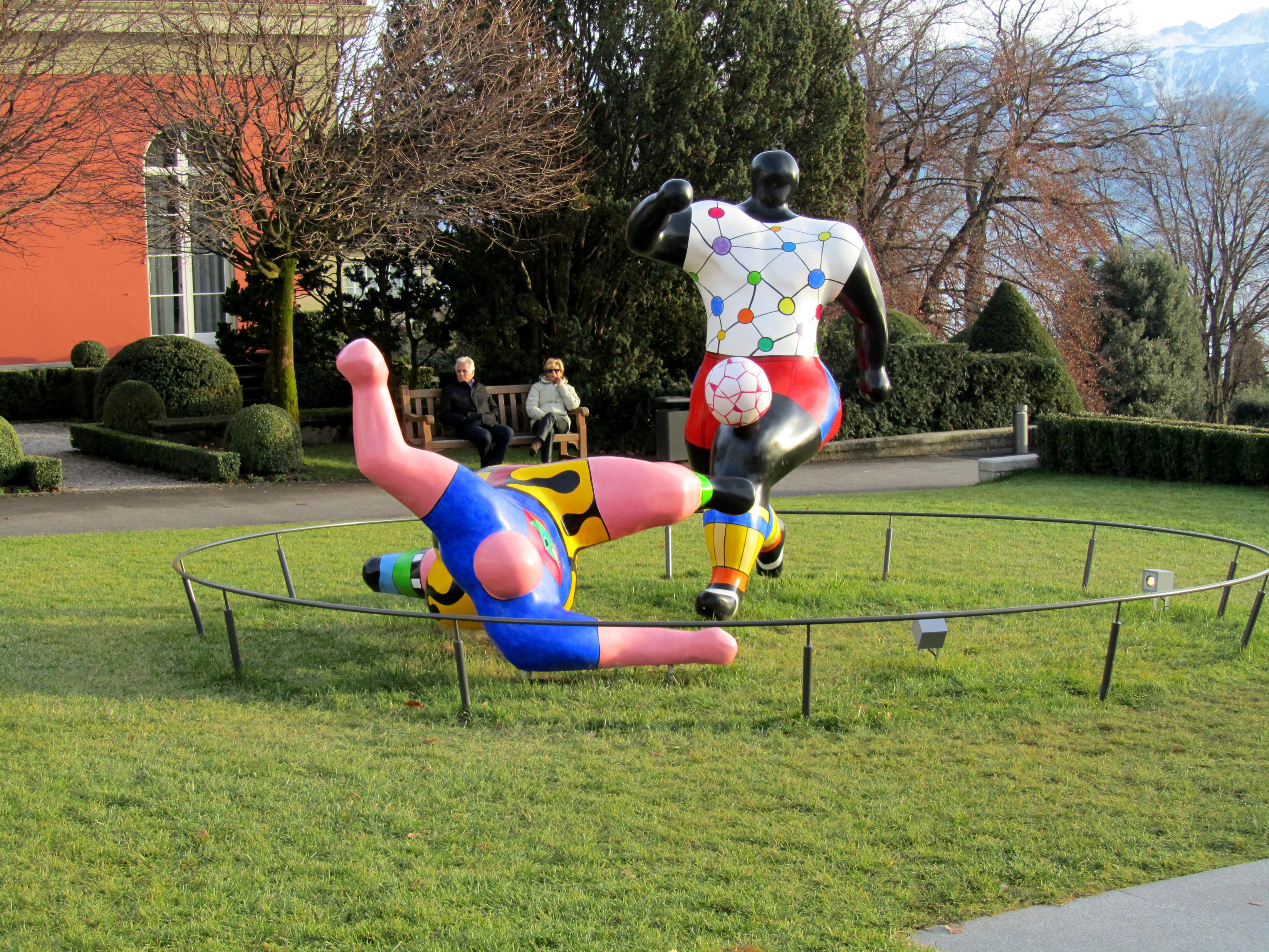 Lausanne jardins musée olympique les footballeurs de Niki de Saint Phalle