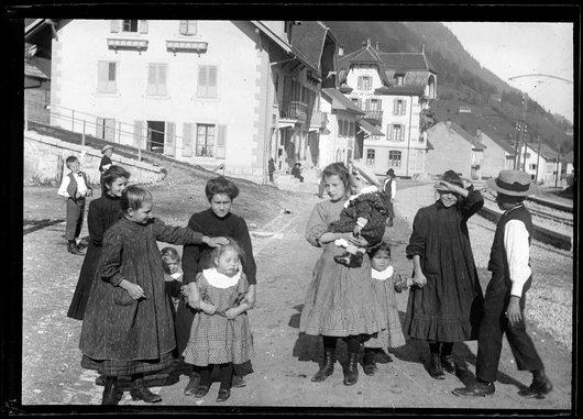 Enfants à Neirivue, vers 1910