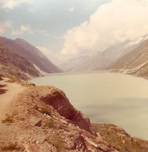 Lac de Mattmark avec au fond le barrage/VS