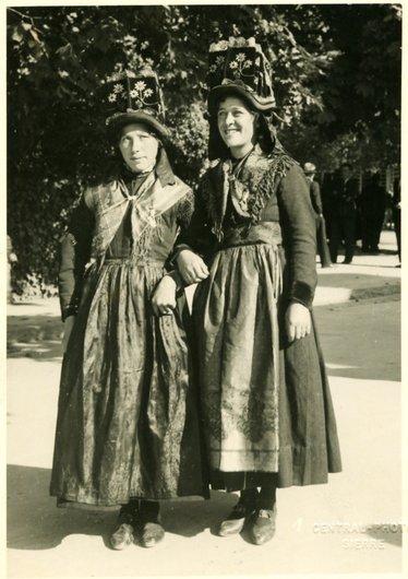 Valais, deux femmes en costume