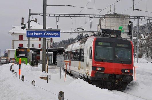 Train et bus en Gare des Hauts-Geneveys (Ne)