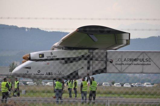 Solar Impulse 2 sur le tarmac de Payerne après son premier vol