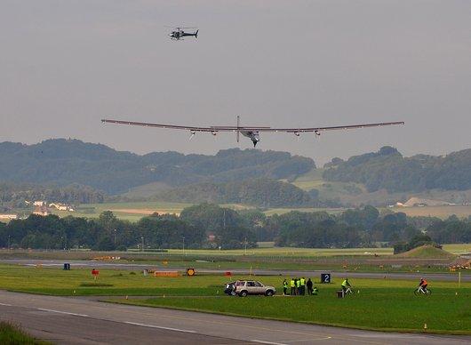 Solar Impulse 2 en phase d''atterrissage lors de son premier vol
