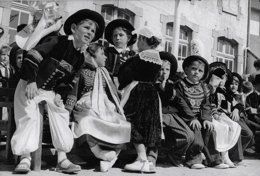 Enfants bretons fête folklorique
