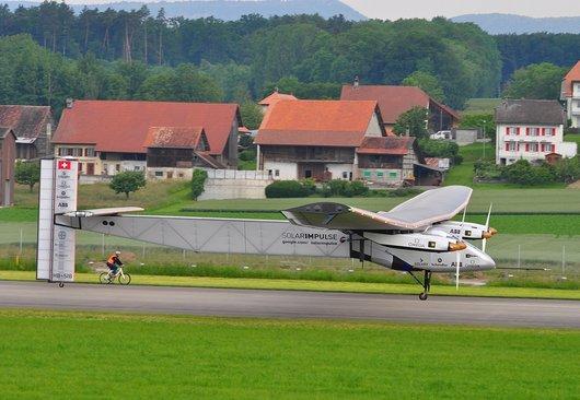 Solar Impulse 2 sur le tarmac de Payerne lors de son premier vol