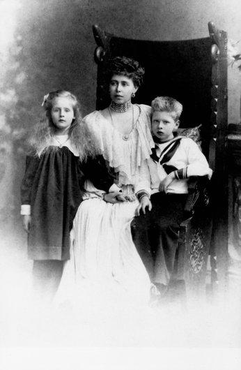 La princesse Marie avec les 2 ainés.....30.3.1948