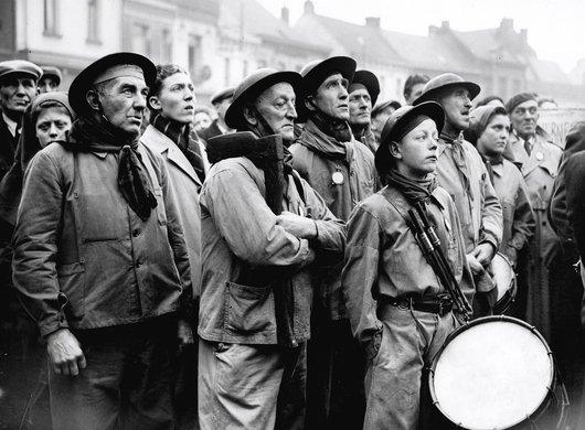 Mineurs écoutant le discours de Maurice Thorez