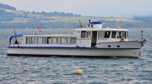 Bateau BE-50000 sur le Lac de Neuchâtel