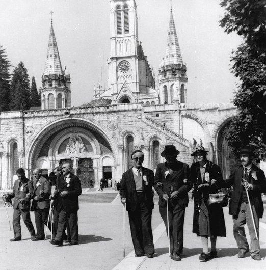 Lourdes; des aveugles avec leur canne blanche