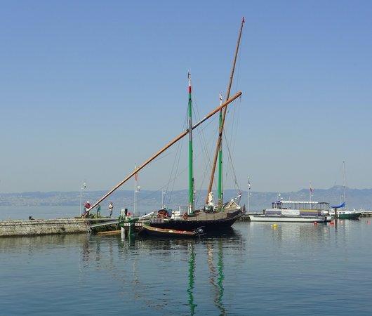 Barque La «Savoie» au port d'Evian