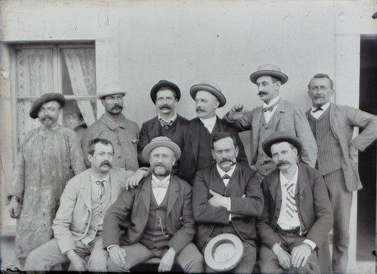 Le même groupe d'hommes en visite dans les Gorges du Fier.