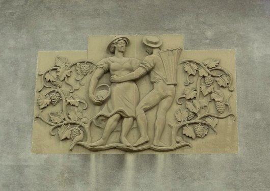 «Danse vigneronne»    bas-relief de Pierre Blanc