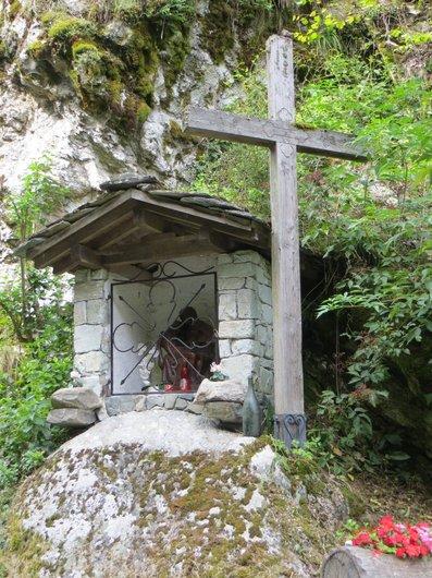 Versegères, oratoire en bordure de forêt