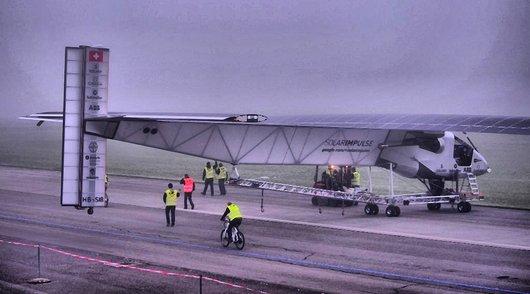 Solar Impulse dans la brume matinale