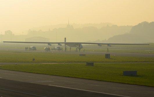 Solar Impulse dans l'attente que la brume s'estompe