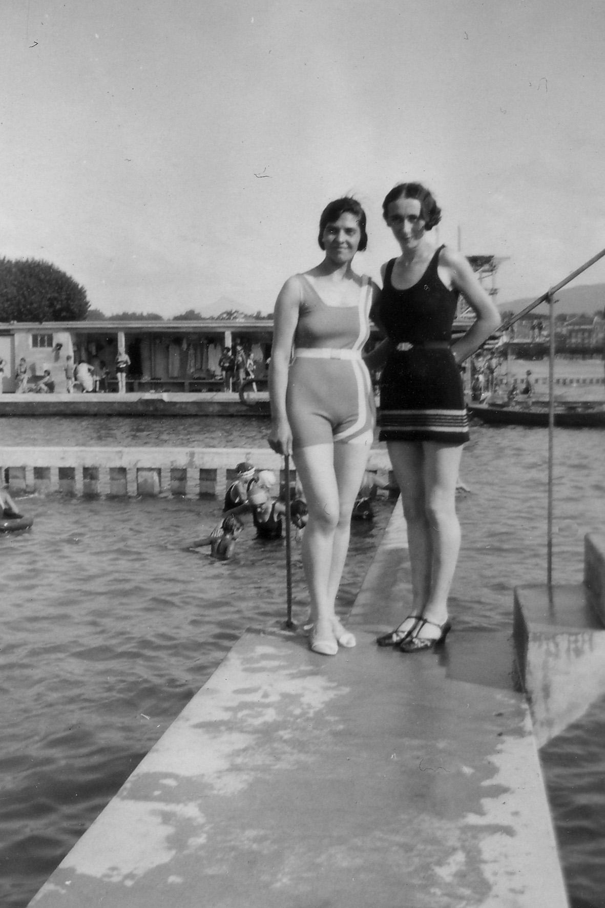 Marthe et Geneviève une amie aux bains des Pâquis 1932