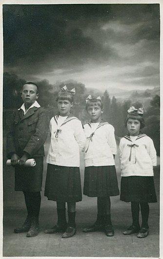 Les quatre enfants chez le photographe
