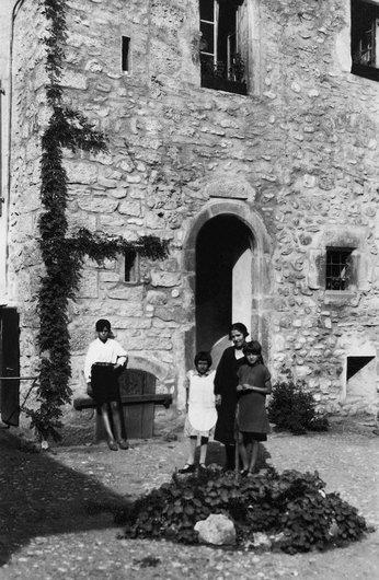 Mme Pierre Bioley avec nièce et enfants devant la maison Delacoste à Monthey