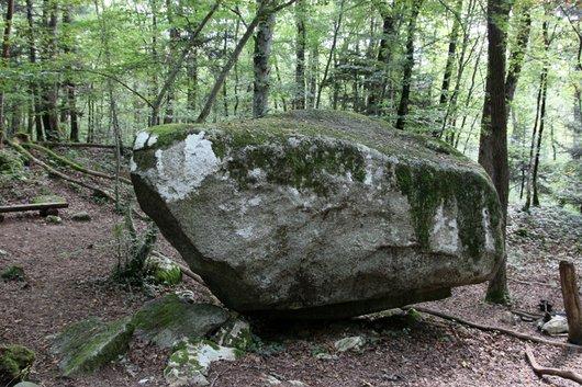 Autour de la pierre pendue