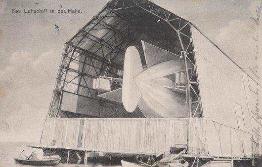 Das Luftschiff in der Halle